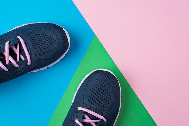 Vrouwelijke sportschoenen voor fitness op een kleurrijke achtergrond. bovenaanzicht, platliggend