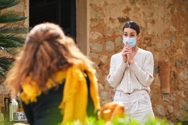 Vrouwelijke spreker in gesprek met luisteraar in zonnige tuin