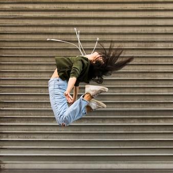 Vrouwelijke straatdanseres
