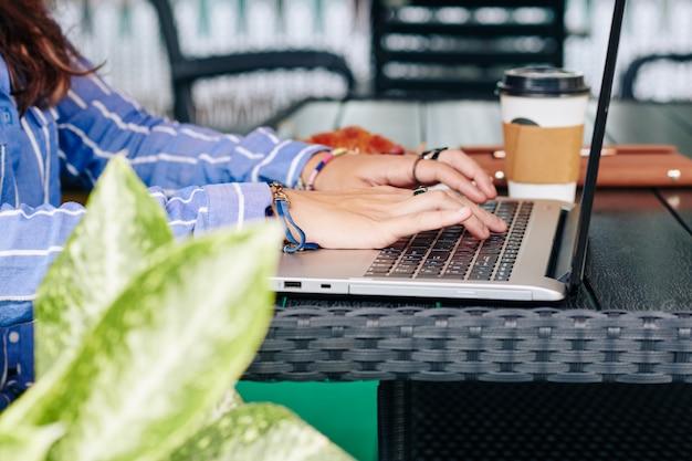 Vrouwelijke student die aan laptop werkt