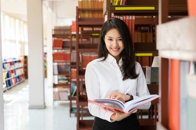 Vrouwelijke student die een boek leest
