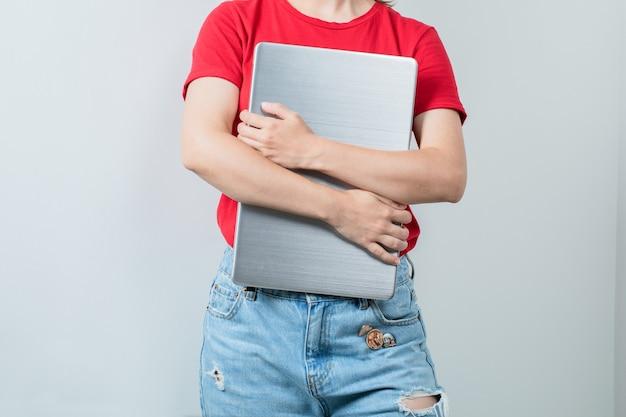 Vrouwelijke student die een leeg projectblad houdt
