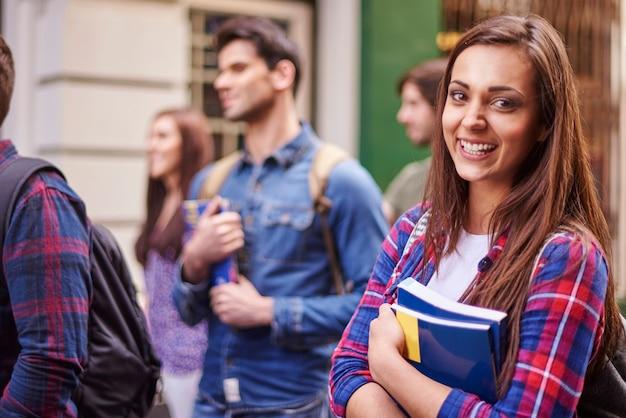 Vrouwelijke student die haar boeken houdt
