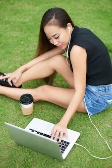 Vrouwelijke student die in park rust