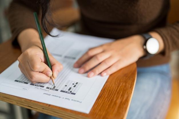 Vrouwelijke student die tests neemt aan de universiteit