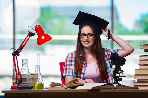Vrouwelijke student die voor chemieexamens voorbereidingen treft