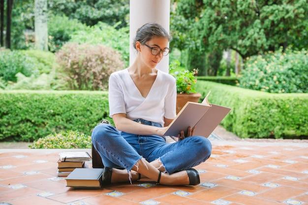 Vrouwelijke student die voor tests bij universiteit bestudeert