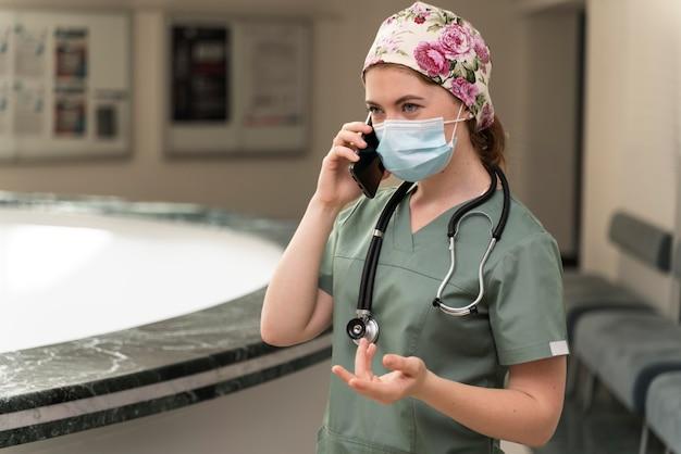 Vrouwelijke student geneeskunde met medisch masker
