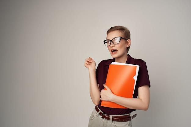 Vrouwelijke student in een rode overhemd klassieke stijl geïsoleerde achtergrond. hoge kwaliteit foto