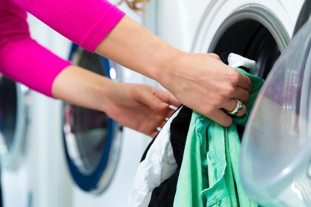 Vrouwelijke student in een wasserette