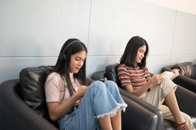 Vrouwelijke student las een boek bij bibliotheek