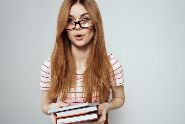 Vrouwelijke student met blocnote