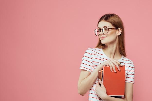 Vrouwelijke student met blocnotes gebaren