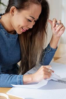 Vrouwelijke student scheuren papier