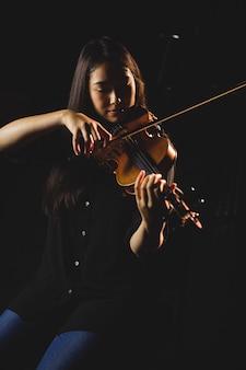 Vrouwelijke student viool spelen