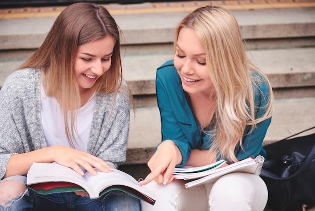 Vrouwelijke studenten die zich voorbereiden op de test