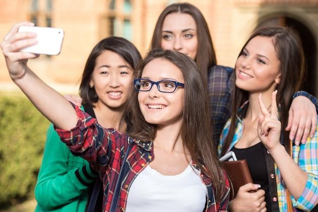 Vrouwelijke studenten maken selfie.