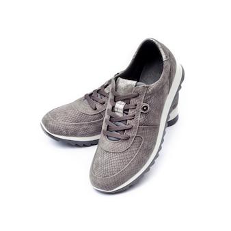 Vrouwelijke suède sneakers geïsoleerd