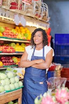 Vrouwelijke supermarkt werknemer