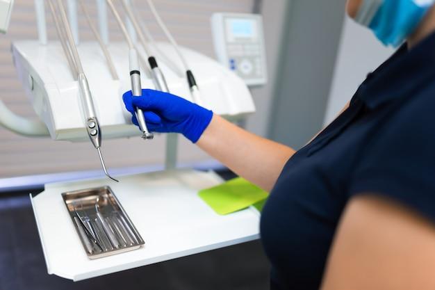 Vrouwelijke tandarts arts neemt een boor