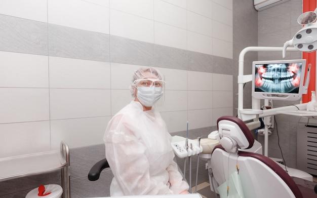 Vrouwelijke tandarts in het kantoor dat op de patiënt wacht