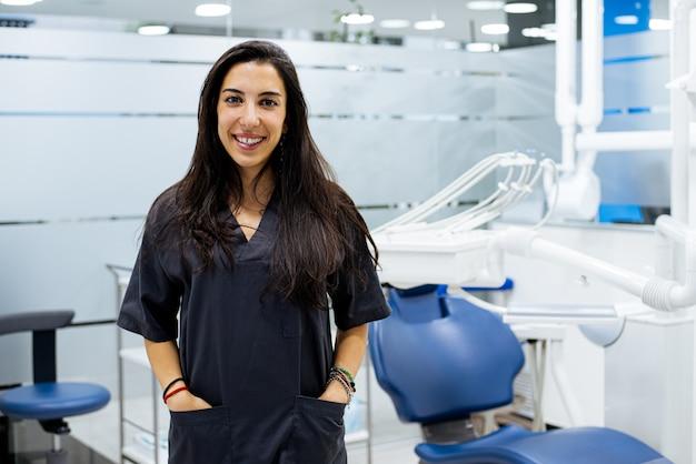 Vrouwelijke tandarts op het werk