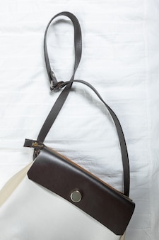 Vrouwelijke tas op wit textiel