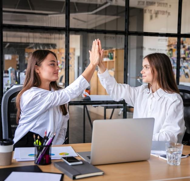 Vrouwelijke teamwork viering mock-up