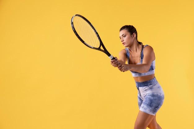 Vrouwelijke tennisser met kopie ruimte