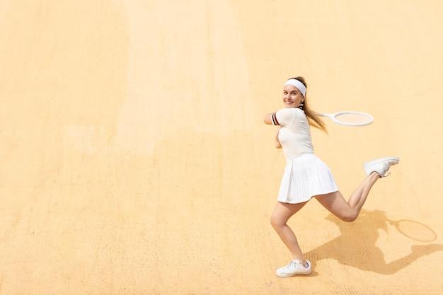 Vrouwelijke tennisspeler die zich op gelijke concentreert