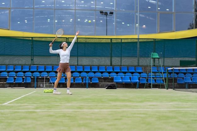 Vrouwelijke tennisspeler op groen hofgras