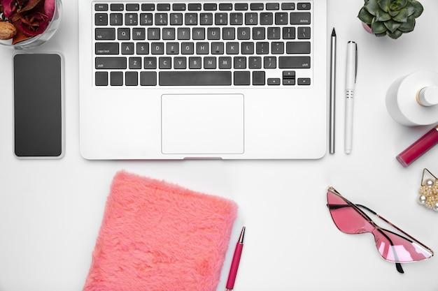 Vrouwelijke thuiskantoorwerkruimte, copyspace. inspirerende werkplek voor productiviteit.
