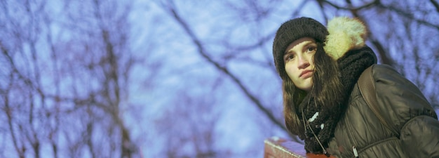 Vrouwelijke tiener 's nachts op een winter koud weer