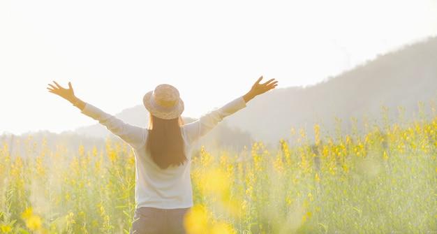 Vrouwelijke tienermeisje stand voelen vrijheid en ontspanning reizen buiten genieten van de natuur met zonsopgang.