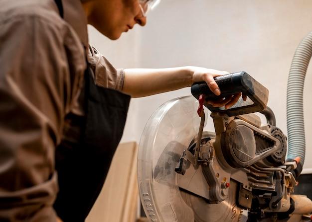Vrouwelijke timmerman met gereedschap in de studio