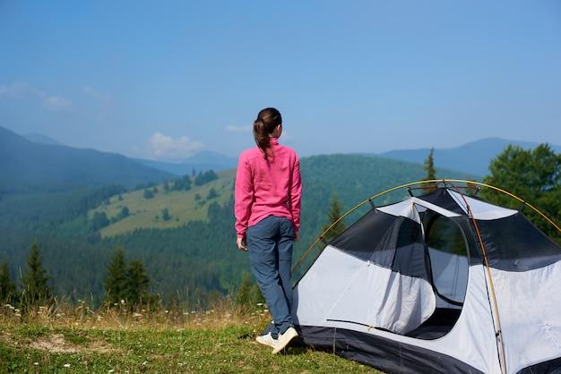 Vrouwelijke toerist bij tent