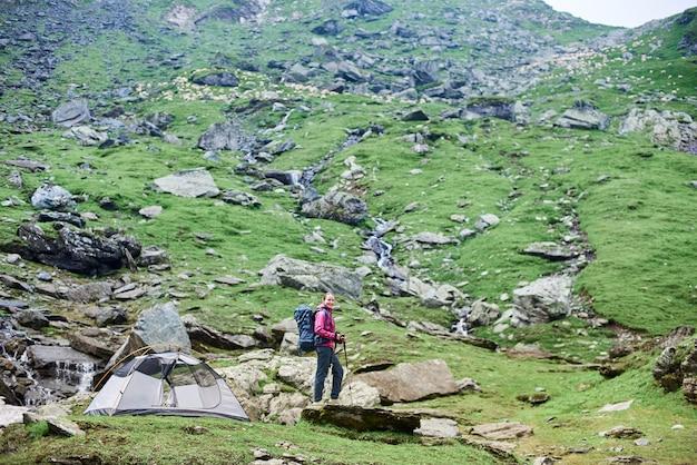 Vrouwelijke toerist die in de bergen wandelt
