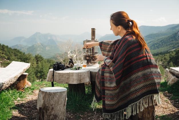 Vrouwelijke toerist die thee in de bergen van turkije
