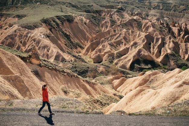 Vrouwelijke toerist op de weg langs de vallei in cappadocië