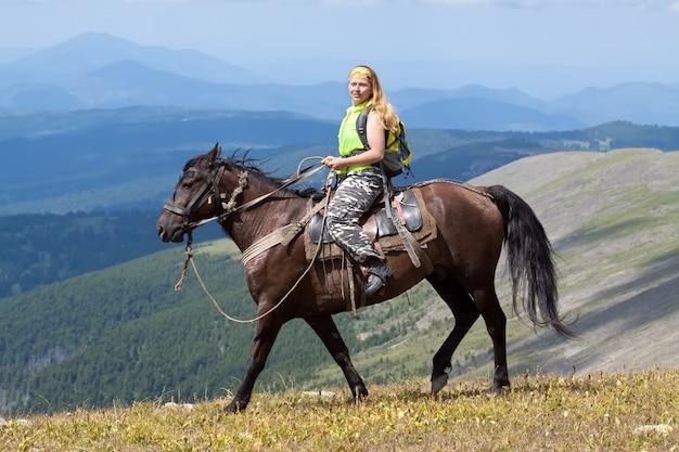 Vrouwelijke toerist te paard