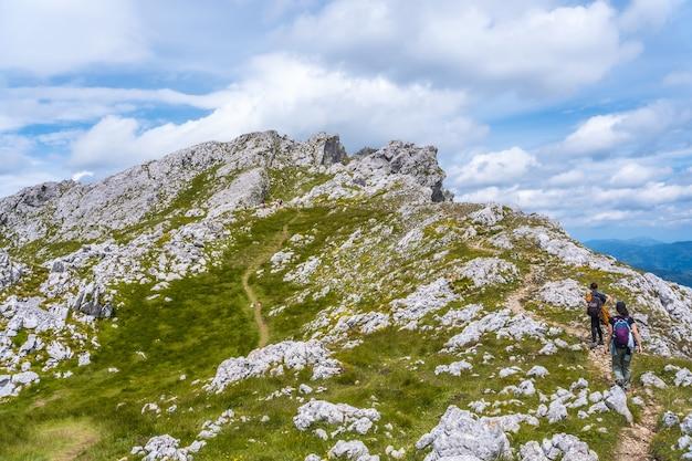 Vrouwelijke toeristen die de berg aitzkorri in gipuzkoa . beklimmen