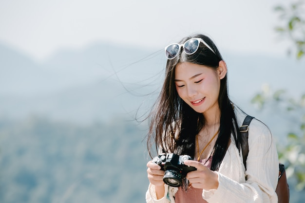 Vrouwelijke toeristen die foto's van de atmosfeer maken