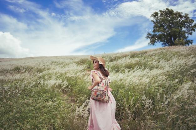 Vrouwelijke toeristen liepen op een groot veld