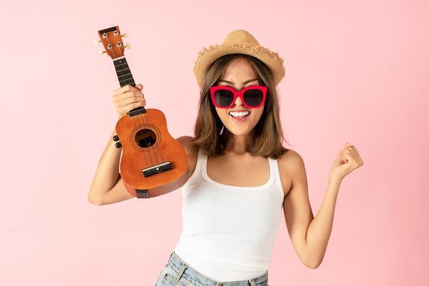 Vrouwelijke toeristen met zomerjurken en zonnebrillen ze is blij en verrast over het promoten van toerisme