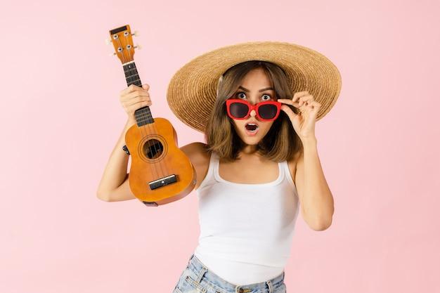 Vrouwelijke toeristen met zomerjurken en zonnebrillen. ze verrast en enthousiast over het promoten
