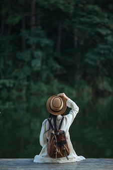 Vrouwelijke toeristen spreidden hun armen en hielden hun vleugels vast