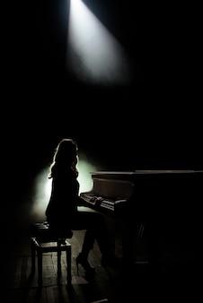 Vrouwelijke toetsenborden speler op het podium tijdens het concert