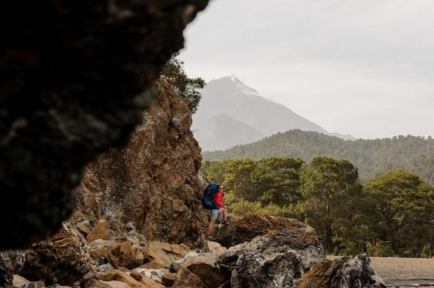 Vrouwelijke trekker die op heuvels in turkije wandelt