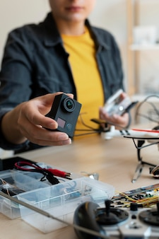 Vrouwelijke uitvinder die in haar werkplaats creëert