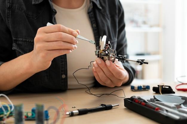 Vrouwelijke uitvinder werkt aan een nieuwe creatie